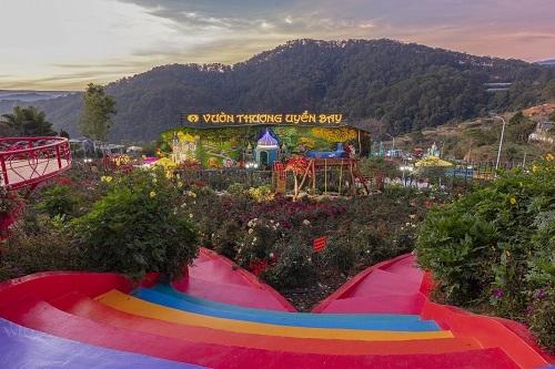 Nhìn từ trên cao, Khu vườn Tình Yêu của Vườn Thượng uyển bay được thiết kế hình trái tim lớn, ở giữa có hoa nở.