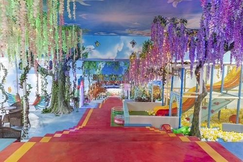 Đến thăm Vườn Thượng uyển bay, du khách có thể đến thế giới ảo là không gian 3D để chụp ảnh khung cảnh bốn mùa trong năm. Khung cảnh được thiết kế tỉ mỉ, ghi lại nét đẹp của khung cảnh thiên nhiên thay đổi theo thời tiết.