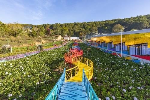 Đường nổi trên hoa của Vườn Thượng Uyển Bay là công trình ấn tượng nhất của khu du lịch. Với sắc màu rực rỡ trên từng nhịp cầu, trông từ xa, con đường nổi trên hoa này giống hình rồng uốn lượn uy nghi.