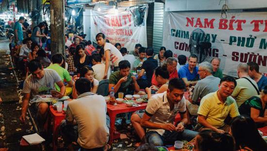 Theo Piumi, để kết thúc một ngày ở Hà Nội, bạn nên ngồi ăn như người địa phương. Hầu hết ở các nhà hàng trong khu phố cổ, khách hàng sẽ ngồi trên những chiếc ghế nhựa nhỏ trên vỉa hè. Bạn có thể chọn bất kỳ nơi nào trông có vẻ đông đúc và ăn thử những gì người địa phương đang ăn. Ảnh: CNN/Paul Gallow.