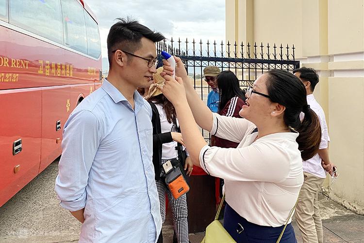Du khách đến bảo tàng Quang Trung, Bình Định phải kiểm tra thân nhiệt ngay tại cổng. Ảnh: Kiều Dương.