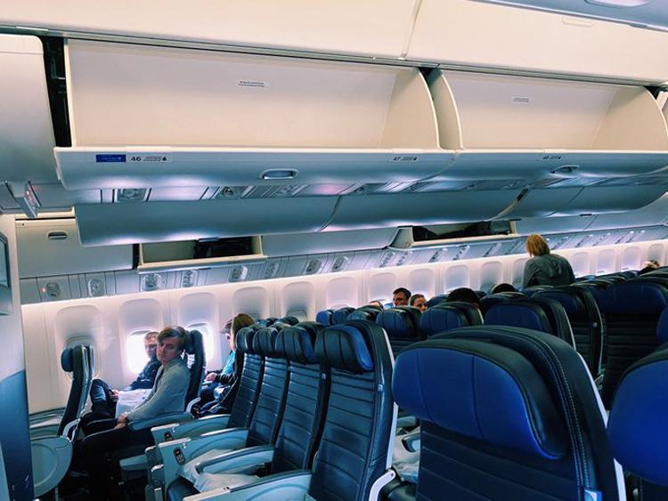 Hành khách Melisa Herold đăng lên Twitter ngày 6/3 hình ảnh một chuyến bay quốc tế vắng khách, kéo dài 11 tiếng mà cô vừa trải qua. Ảnh: Twitter.