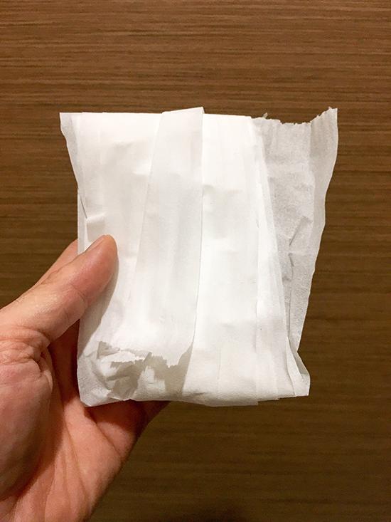 Hành khách nên sử dụng khăn giấy để hạn chế tiếp xúc trực tiếp với các bề mặt kém an toàn trong đợt dịch bệnh Covid-19. Ảnh: Vut/Shutterstock.