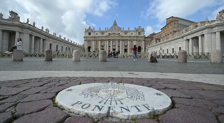 Quảng trường Thánh Peter vắng vẻ trong ngày 6/3. Ảnh: AFP.