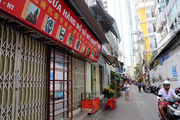 Nhiều cửa hàng thường phục vụ khách Trung Quốc vẫn đóng cửa từ sau Tết. Ảnh: Xuân Ngọc.