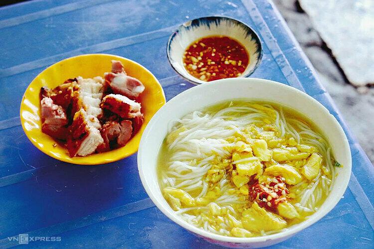Bún cá Châu Đốc ăn kèm thịt heo quay là đặc sản nổi tiếng An Giang. Ảnh: Tâm Linh.