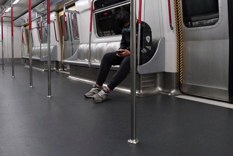 Tàu điện MTR vắng người tại Hong Kong. Ảnh: Tyrone Siu/Reuters.