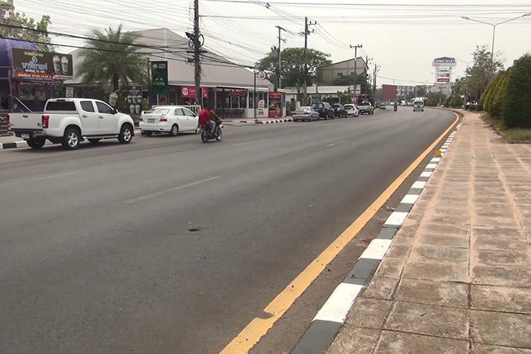 Đường phố ở Buri Ram yên tĩnh trong ngày đầu tiên có lệnh phong tỏa. Một số điểm du lịch hút khách của tỉnh là Thánh địa Muang Tam, Prang Ku Suan Taeng - khu bảo tồn của người Khmer với 3 ngôi chùa cổ xây bằng đá ong, khu bảo tồn Nong Hong... Ảnh: Bangkok Post.