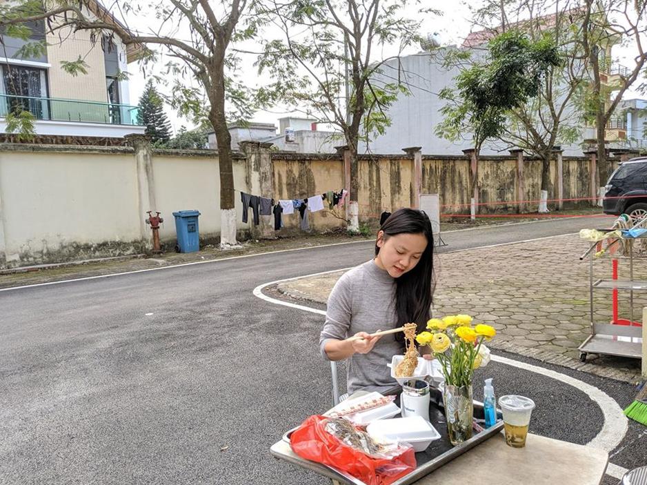 Phạm Hương tự tìm cho mình những niềm vui trong thời gian cách ly với thú cắm hoa, đọc sách, múa hát... Cô vẫn duy trì công việc kinh doanh riêng. Ảnh:NVCC.