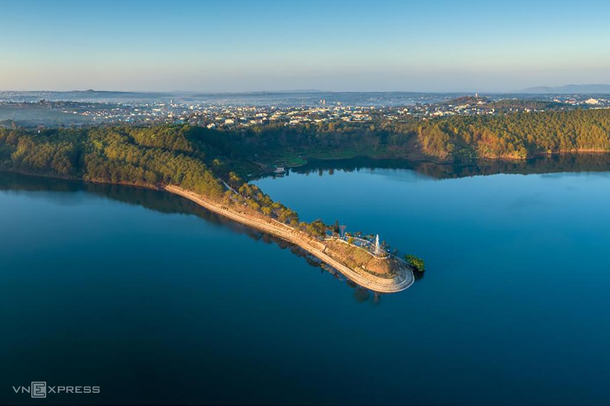 Một góc Biển Hồvới bức tượng Quán Âm Bồ Tát nằm trên dải đất kéo dài tới giữalòng hồ. Ảnh: Phan Nguyên