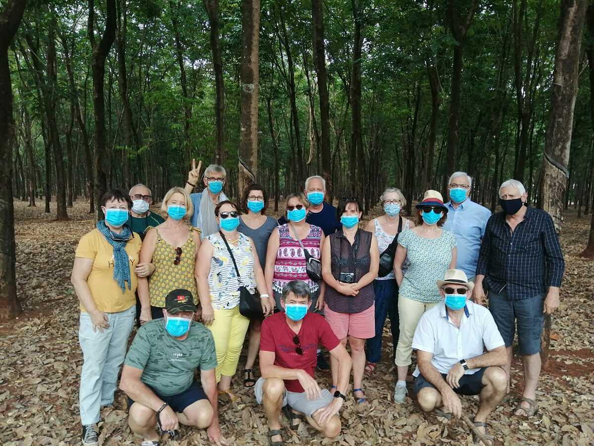 Đoàn khách châu Âu 18 người ghé qua rừng cao su chụp ảnh trong chương trình ba tuần bị cắt ngắn còn 12 ngày. Ảnh: Nguyễn Nam.