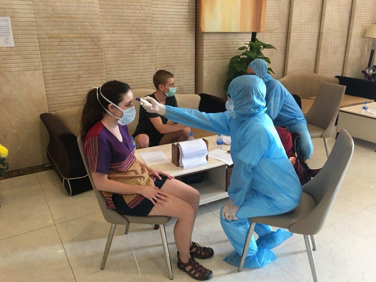 Du khách kiểm tra sức khỏe và được tư vấn cách ly trước khi nhận phòng. Ảnh: NVCC.