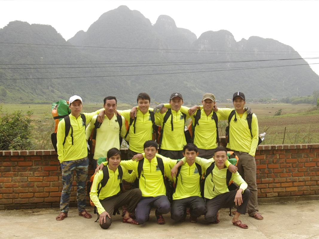 Đội ngũ porters chính là trụ cột của các chuyến du lịch mạo hiểm hang động. Nếu không có họ, sẽ không có lửa trại, không có các bữa ăn thơm ngon và không có lều để ngủ. Ảnh: Oxalis Adventure.