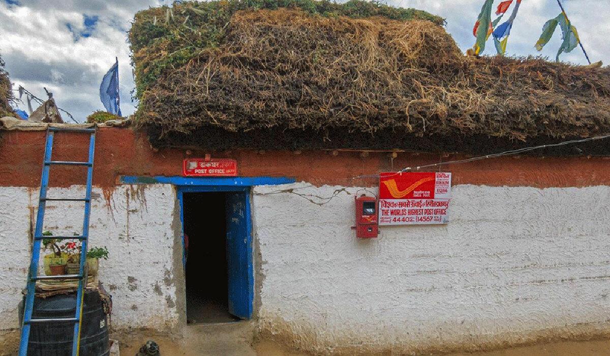 Các du khách thích mạo hiểm cũng đến tận nơi đây để có trải nghiệm gửi thư từ bưu điện cao nhất thế giới. Ảnh: BBC.