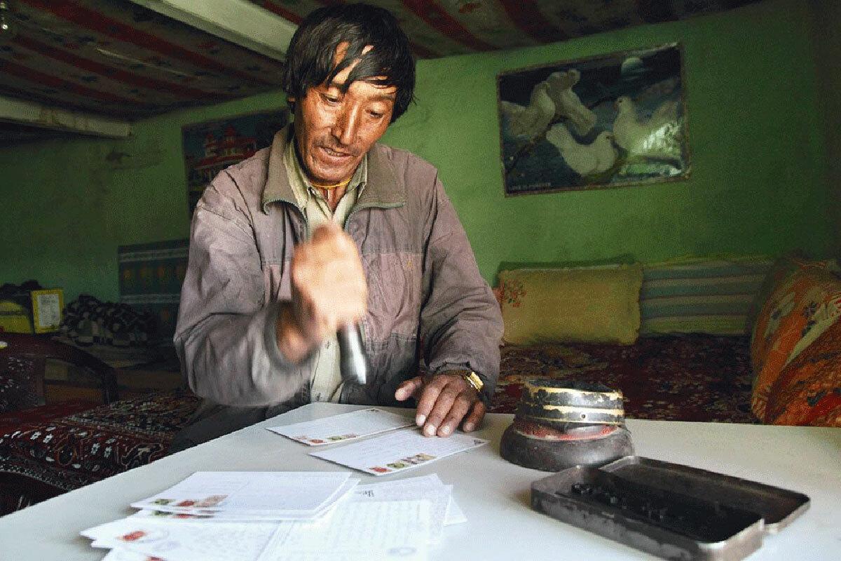 Rinchang được Bộ Bưu chính Ấn Độ trả lương, mức lương đã tăng từ 40 rupee (khoảng 12.000 đồng) năm 1983 lên 200 rupee (khoảng 60.000 đồng) vào năm 2017. Ảnh: BBC.