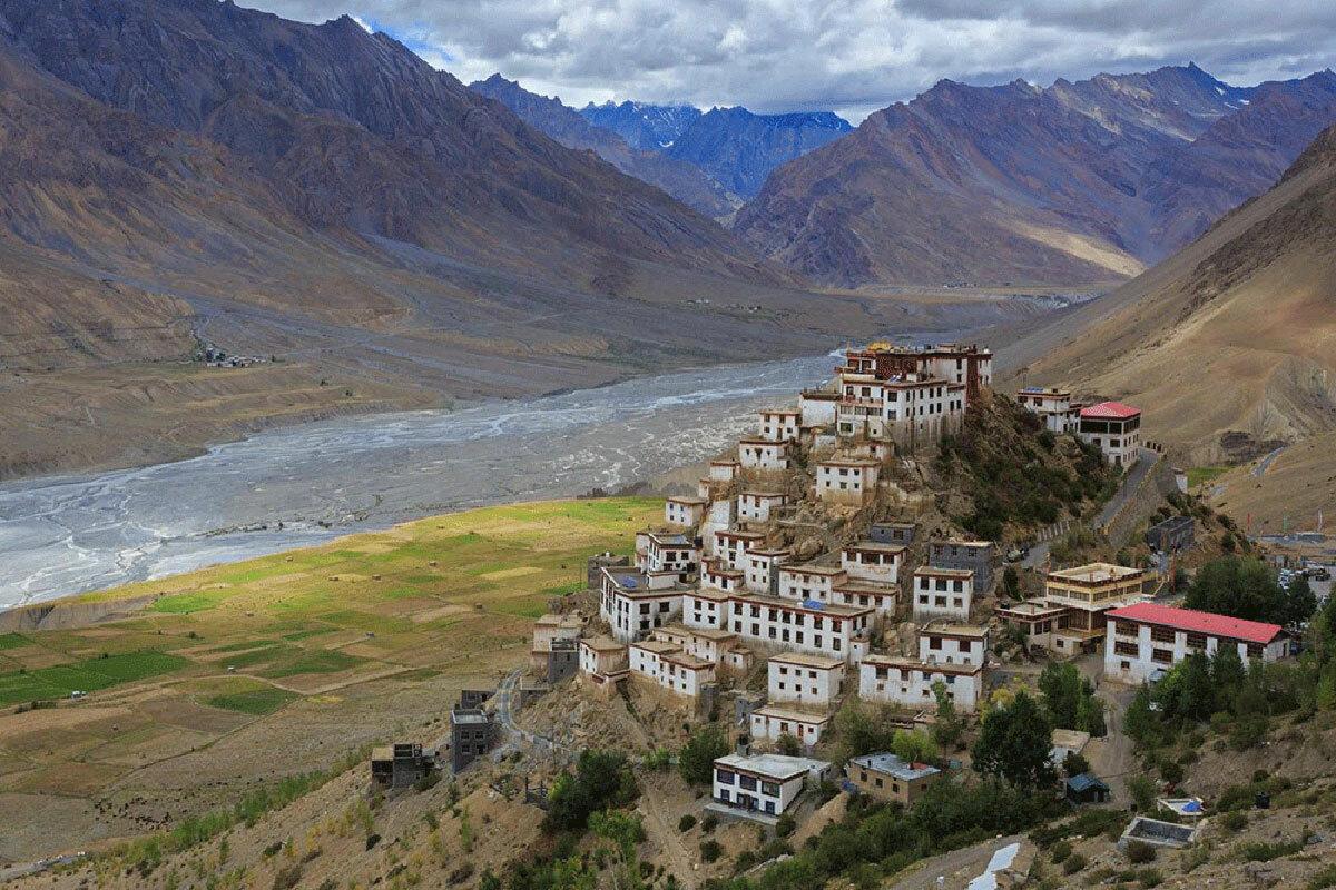 Tu viện Ki (ảnh) là tu viện lớn nhất Thung lũng Spiti. Tọa lạc trên đỉnh đồi tại độ cao 4.166m, tu viện hướng về sông Spiti, bao quanh bởi những rặng núi thẫm nâu trải dài. Ảnh: BBC.