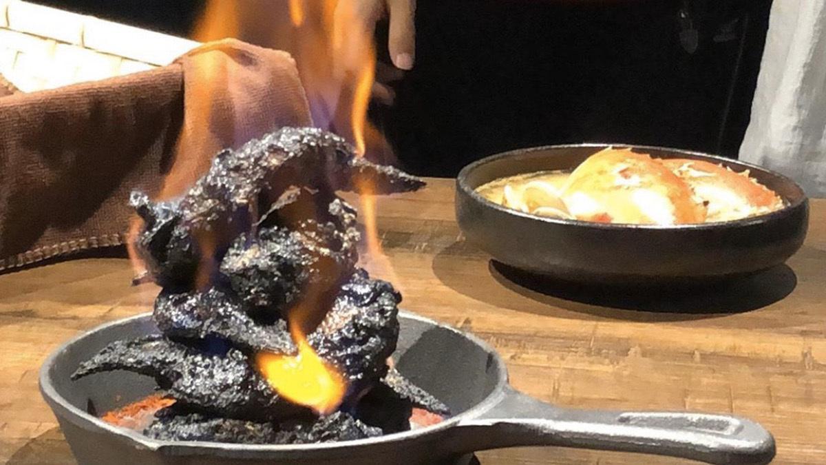 Thịt gà sau khi được ướp trong sữa đậu nành lên men truyền thống của Đài Loan sẽ được tẩm rượu và châm lửa để lớp da bên ngoàicháy đen. Món gà rán đen biểu tượng cho hình ảnh của địa ngục.Ảnh: CNN.