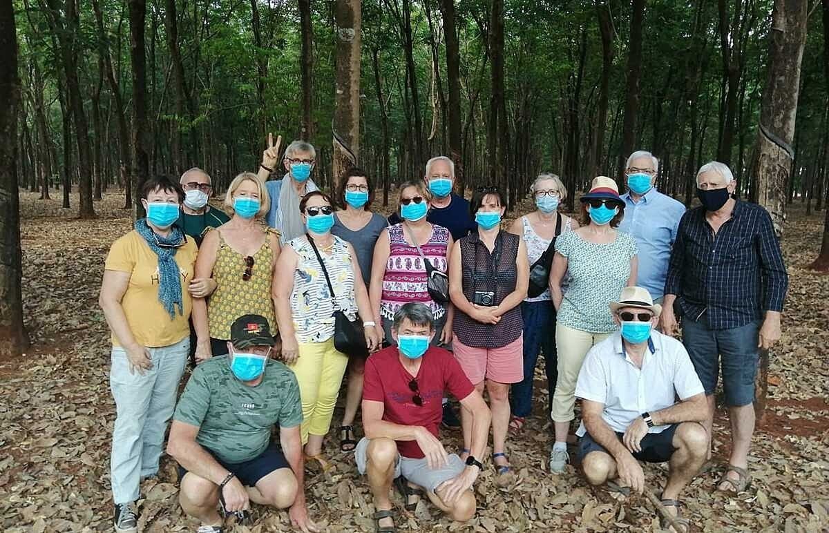 Đoàn khách Pháp phải vào tham quan rừng cao su ngoài kế hoạch trên đường từ Đăk Lăk về TP HCM ngày 17/3 sau khi bị Kon Tum từ chối. Ảnh: C.M.Q.