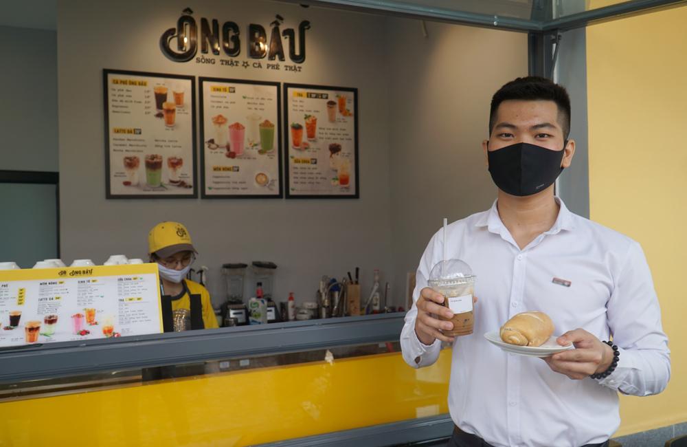Mua cà phê - tặng bánh mì thịt là chương trình gây ấn tượng với nhiều thực khách, đặc biệt là giới văn phòng.
