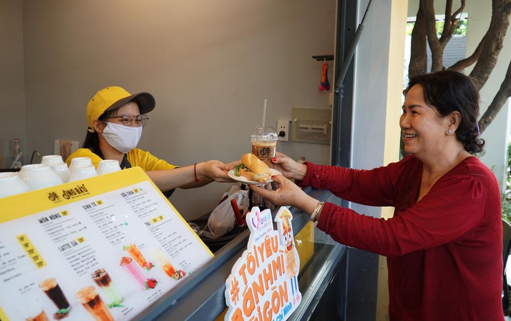 Chị Phượng - một trong những thực khách mua cà phê được tặng bánh mì tại chi nhánh chuỗi cà phê Ông Bầu.