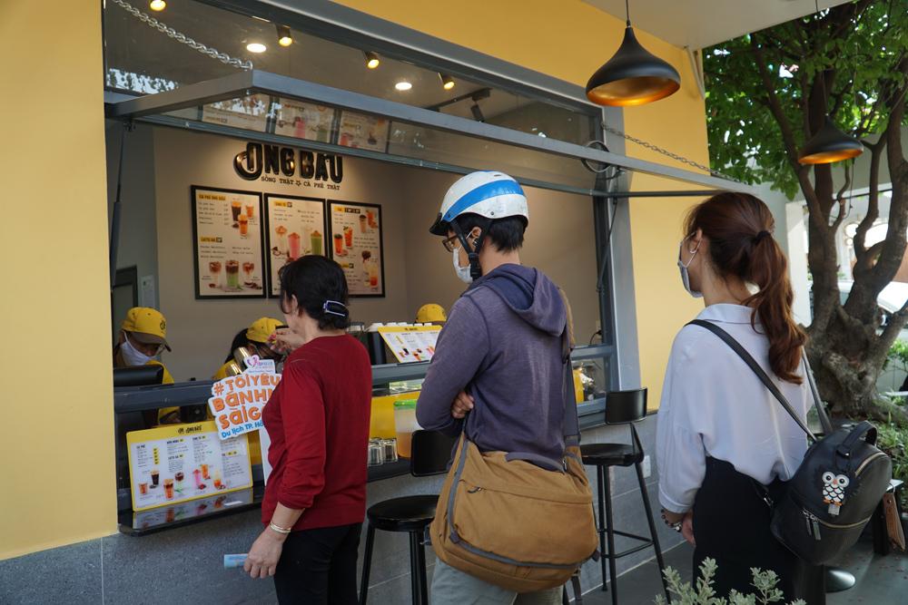 Thực khách xếp hàng mua cà phê tại chi nhánh cà phê Ông Bầu sáng 24/3 trên đường Cách Mạng Tháng 8, quận 3, TP HCM.