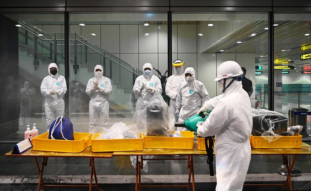 Mỗi nhân viên được trang bị hai bao tay, hai khẩu trang và quần áobảo hộ. Quy trình mặc, tháo bất cứ vật dụng nào hay sát khuẩn, khử trùng sau mỗi lần tiếp đón đều rất quan trọng. Ảnh:NVCC.