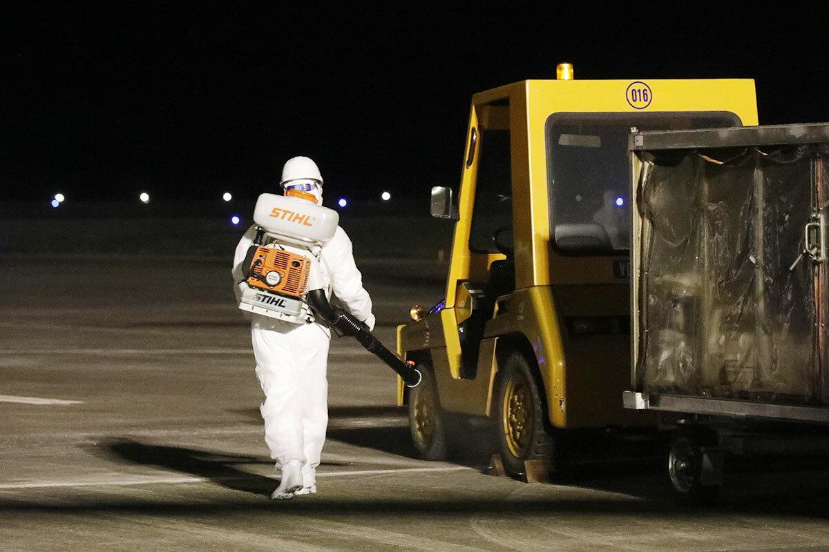 Thời gian làm thủ tục mỗi chuyến bay chỉ khoảng một tiếng là hoàn tất, sau đó máy bay và toàn bộ trang thiết bị sẽ được khử trùng, rác thải nguy hại được xử lý. Ảnh:NVCC.