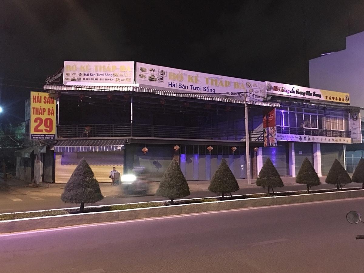 Tại Khánh Hòa, nhiều nhà hàng đã đóng cửa từ lâu. Ảnh chụp một nhà hàng đóng cửa trên đường Phạm Văn Đồng lúc 20 giờ ngày 25/3. Ảnh: Nguyễn Nam.