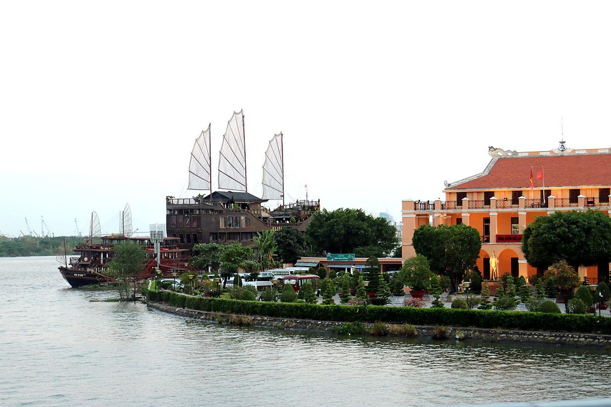 Tàu nhà hàng phục vụ khách du lịch trên sông Sài Gòn đã tạm dừng hoạt động. Tất cả về neo đậu tại bến ở Q.4. Ảnh chụp trưa ngày 25/3. Ảnh: Tâm Linh.