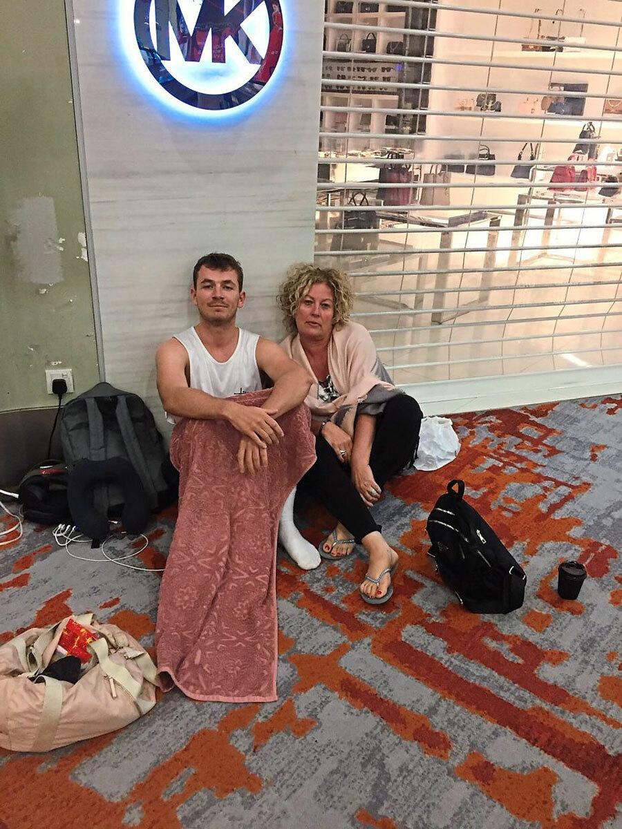 Barry và mẹ tại sân bay ở Kuala Lumpur. Họ bị mắc kẹt vì các chuyến bay đã đặt đều bị hủy. Ảnh: Liam Barry/Star.