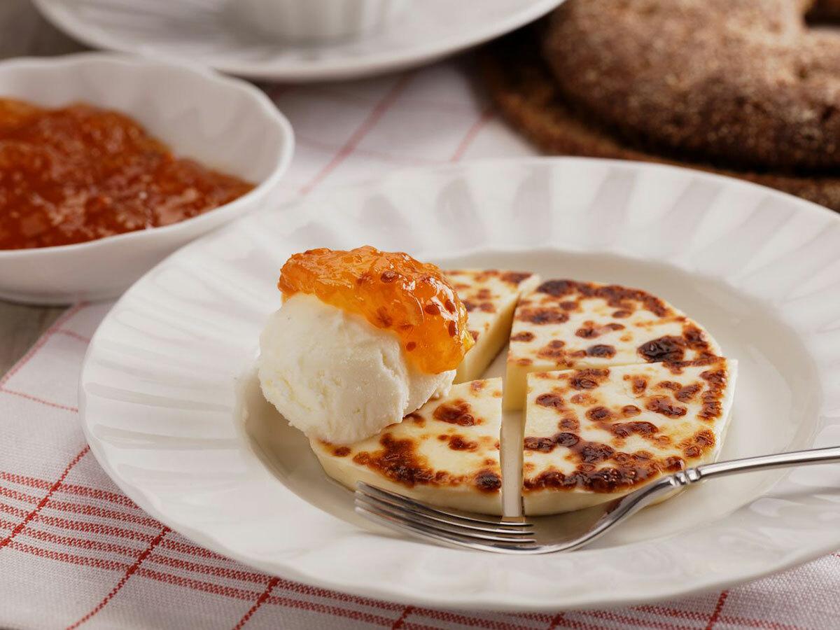 Leipajuusto - phô mai bánh mìĐây là loại phô mai được làm từ sữa bò non. Sữa được làm đông lại sau đó chiên hoặc nướng trong khay tròn đến lúc có màu nâu vàng. Loại phô mai này thường được ăn ngay sau khi được nấu chín, nhưng cũng có thể được sấy khô, lưu trữ trong nhiều năm và chỉ cần hâm nóng lại khi ăn. Thông thường, phô mai được cắt lát và thưởng thức cùng cà phê hoặc đổ cà phê lên trên. Đôi khi nó cũng được ăn kèm với thạch dâu tây. Du khách có thể tìm thấy leipajuusto tại nhiều quán cà phê, xưởng sản xuất phô mai ở Phần Lan.Tuy nhiên nhiều du khách cho rằngphô mai thủ công do người dân làm là ngon nhất. Ảnh: StockphotoVideo/Shutterstock.