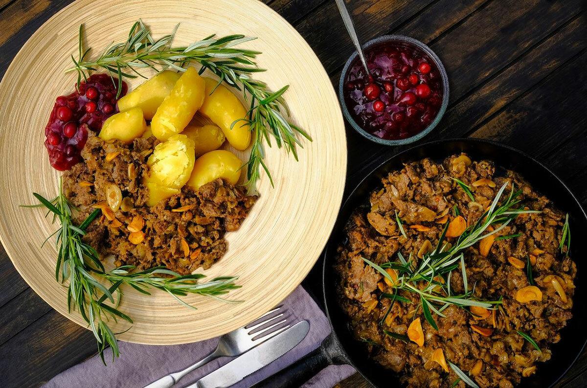 Poronkäristys - Thịt tuần lộcTuần lộc là món ăn phổ biến trong bữa ăn hàng ngày. Thịt có hương vị gần giống với thịt bò nhưng dai hơn và thường được ăn kèm với khoai tây nghiền. Trong các nhà hàng, du khách sẽ tìm thấy nhiều món ăn có thịt này, chẳng hạn như món hầm, bít tết, thịt quay và các món mì ống. Ảnh: Fujilovers/Shutterstock.
