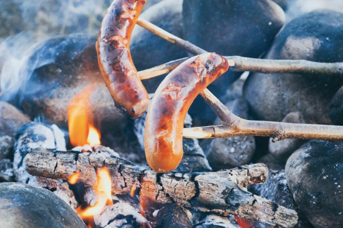 Grillimakkara - xúc xích đenChuyến đi đến Phần Lan sẽ không trọn vẹn nếu thiếu đi món Grillimakkara - xúc xích đen, đặc biệt là vào mùa hè. Những chiếc xúc xích to, béo ngậy được nướng chín, rửa sạch với bia sau đó chấm với mù tạt. Người Phần Lan rất thích món ăn này, trẻ em nơi đây xem chúng như món ăn nhẹ yêu thích vào những ngày hè cũng như đông. Ảnh: VisitFinland.