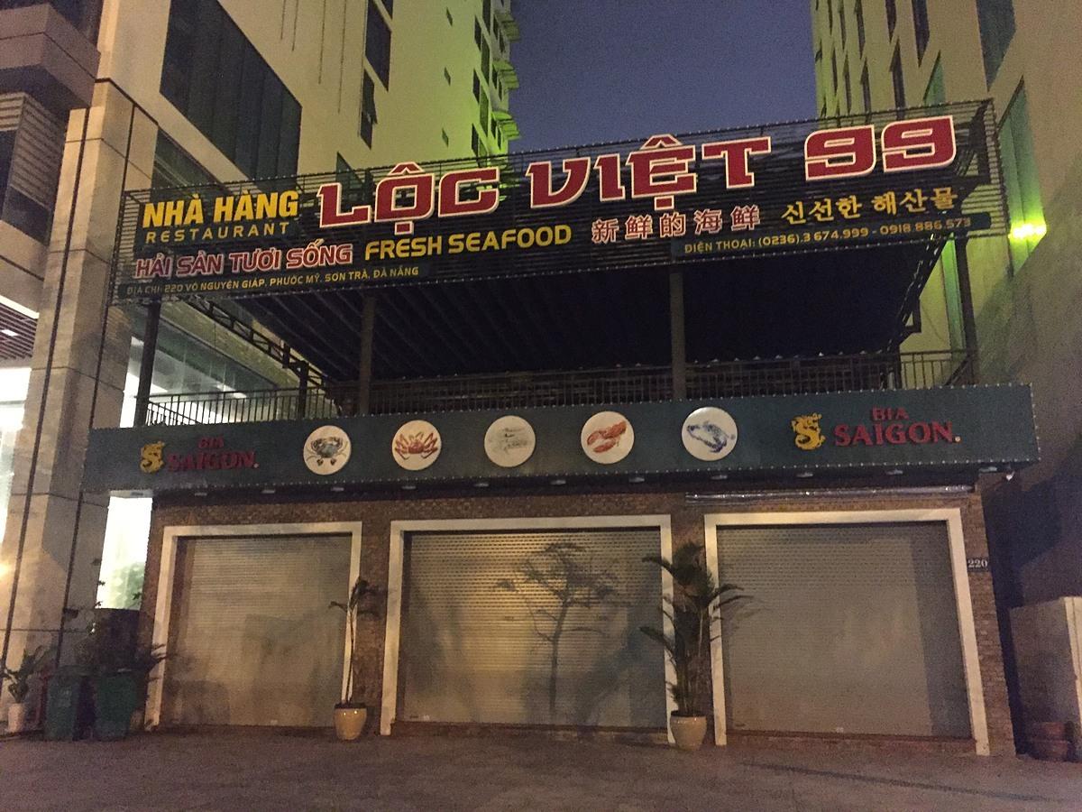 Ở một số địa phương khác như Đà Nẵng tình hình cũng tương tự như vậy. Hàng loạt nhà hàng dọc bên đường Phạm Văn Đồng (Q. Sơn Trà) đã chủ động đóng cửa từ nhiều ngày qua dù chính quyền chưa đưa ra khuyến cáo.Ảnh chụp tối 25/3. Ảnh: Nguyễn Nam.