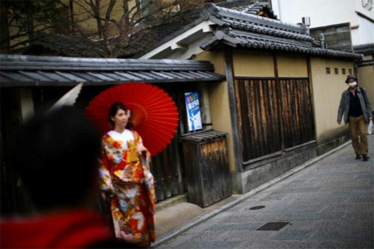 Quận Gion ở Kyoto, nơi luôn tấp nập khách du lịch, thưa vắng trong ngày 15/3. Ảnh: Reuters.