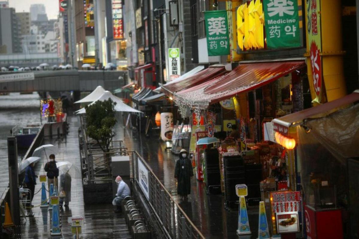 Khu vực vốn luôn sầm uất và đông khách du lịch Dotonbori ở Osaka, giờ thưa thớt người. Ảnh: Reuters.