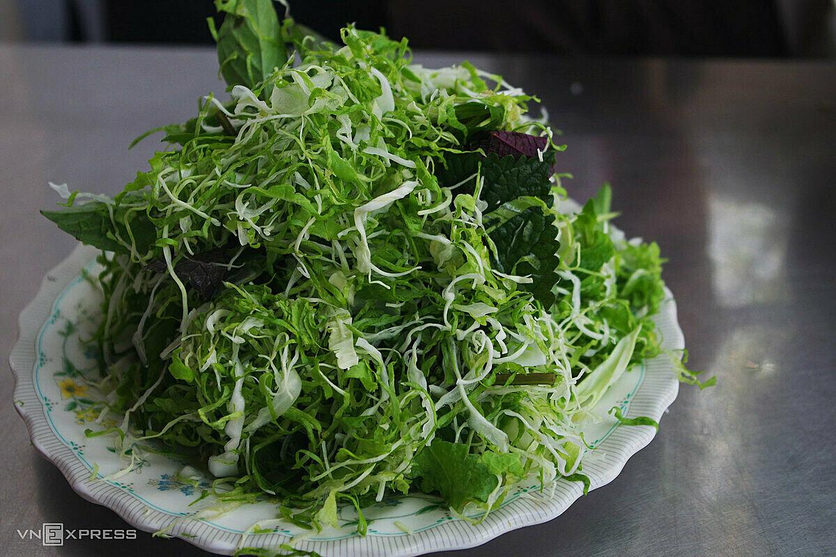 Đĩa rau sống thường thấy ở các quán ăn Đà Lạt. Ảnh: Tâm Linh.