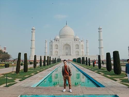 Mở đầu hành trình, travel blogger Tô Đi Đâu (tên thật là Tô Thái Hùng) ghé thăm ngôi đền Taj Mahal, thành phố Arga, bang Utar Pradesh. Ngôi đền là biểu tượng về tình yêu bất diệt, đây là công trình do vua Shah Jahan xây dựng để tưởng nhớ người vợ thứ ba, hoàng hậu Mumtaz Mahal.