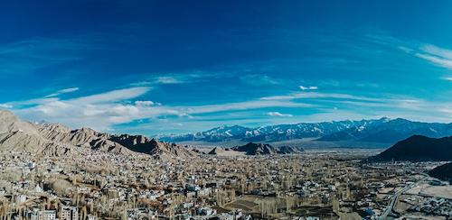 Tạm biệt những thành phố nhiệt đới đầy nắng, Tô Thái Hùng đến Tiểu Tây Tạng xứ Ấn - Ladakh. Nơi đây có vẻ đẹp hùng vĩ của những đỉnh núi tuyết phủ trắng xóa, bao quanh là bạt ngàn những gợn mây che phủ.
