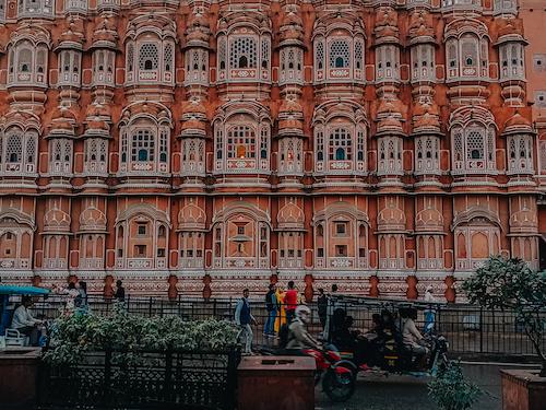 Rời thành phố cổ Arga, Tô Đi Đâu đến thành phố Jaipur nằm ẩn mình tại vùng bán sa mạc, với những công trình kiến trúc độc đáo được phủ mầu hồng đỏ. Thành phố hiện lên như một viên ngọc ruby giữa cái nắng oi ả và khô hanh của vùng bán sa mạc.