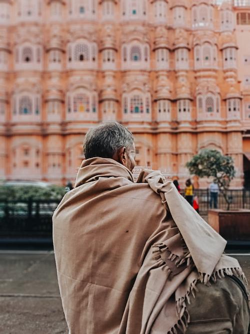 Nơi đây nổi tiếng với các pháo đài, cung điện, những công trình mang phong cách hoàng gia. Travel blogger cũng lưu lại hình ảnh người dân thành phố bằng chế độ chụp ảnh xoá phông của điện thoại Realme C3.