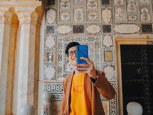 Khi không nhờ được người chụp ảnh cho mình, travel blogger tự ghi lại những khoảnh khắc kỷ niệm cùng chiếc điện thoại bất ly thân.
