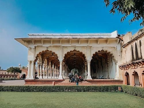 Đền được xây chủ yếu bằng đá cẩm thạch trắng. Mỗi thời điểm trong ngày, đền sẽ có màu sắc khác nhau do phản chiếu ánh mặt trời. Taj Mahal ửng hồng khi rạng đông, trắng tinh khiết lúc mặt trời đã lên cao và nhuộm ánh vàng rực vào buổi hoàng hôn.