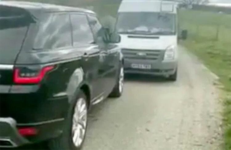 Người đàn ông (ngồi trong chiếc xe bên trái) bị người dân phát hiện đang đi tham quan vườn quốc gia, và không tuân thủ theo lệnh hạn chế di chuyển để ngăn chặn nCoV. Cảnh sát đã được gọi tới hiện trường. Ảnh: Sun.
