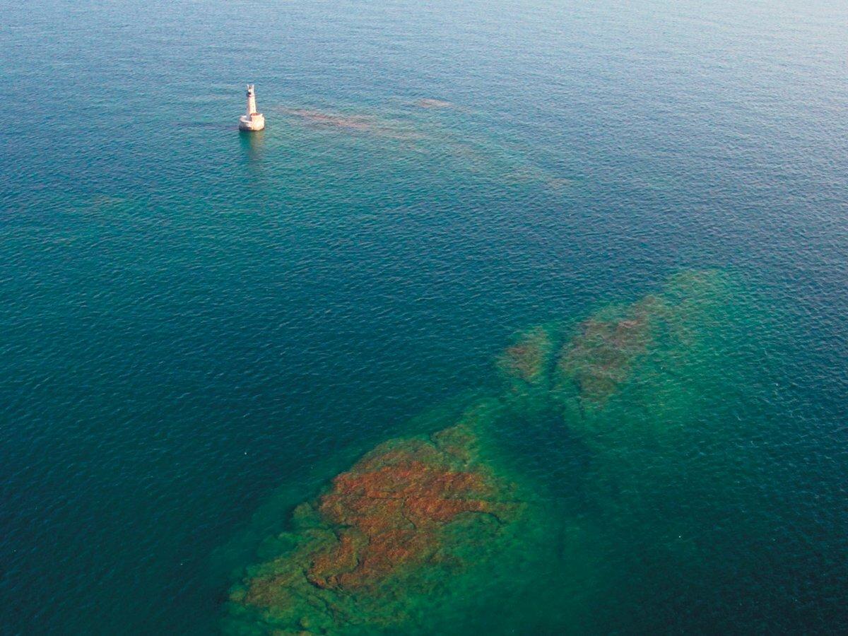 Miền đất gầnnhất, đảo Manitou, cách Stannard Rock khoảng 40 km về phía tây bắc, khiến nó trở thành ngọn hải đăng xa bờ nhất nước Mỹ, và có lẽ là nhất thế giới. Ảnh:Neil Harri.