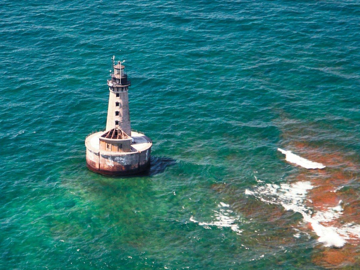Miền đất gầnnhất, đảo Manitou, cách hải đăng khoảng 40 km về phía tây bắc, khiến nó trở thành ngọn đèn xa bờ nhất nước Mỹ, và có lẽ là toànthế giới. Ảnh:Neil Harri.