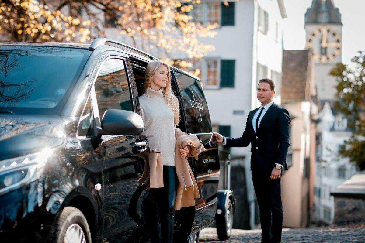 Khách sẽ được đưa đón bằng hệ thống xe hơi hạng sang của khách sạn. Dịch vụ VIP có thể bổ sung thêm trực thăng. Ảnh: Li bijou.