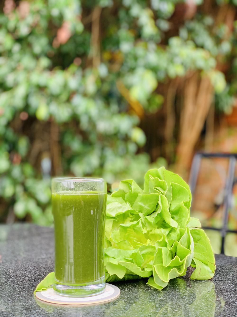 Nước ép rau xanh - một trong những món thức uống tăng cường vitamin và khoáng chất, cho cơ thể tràn đầy năng lượng.