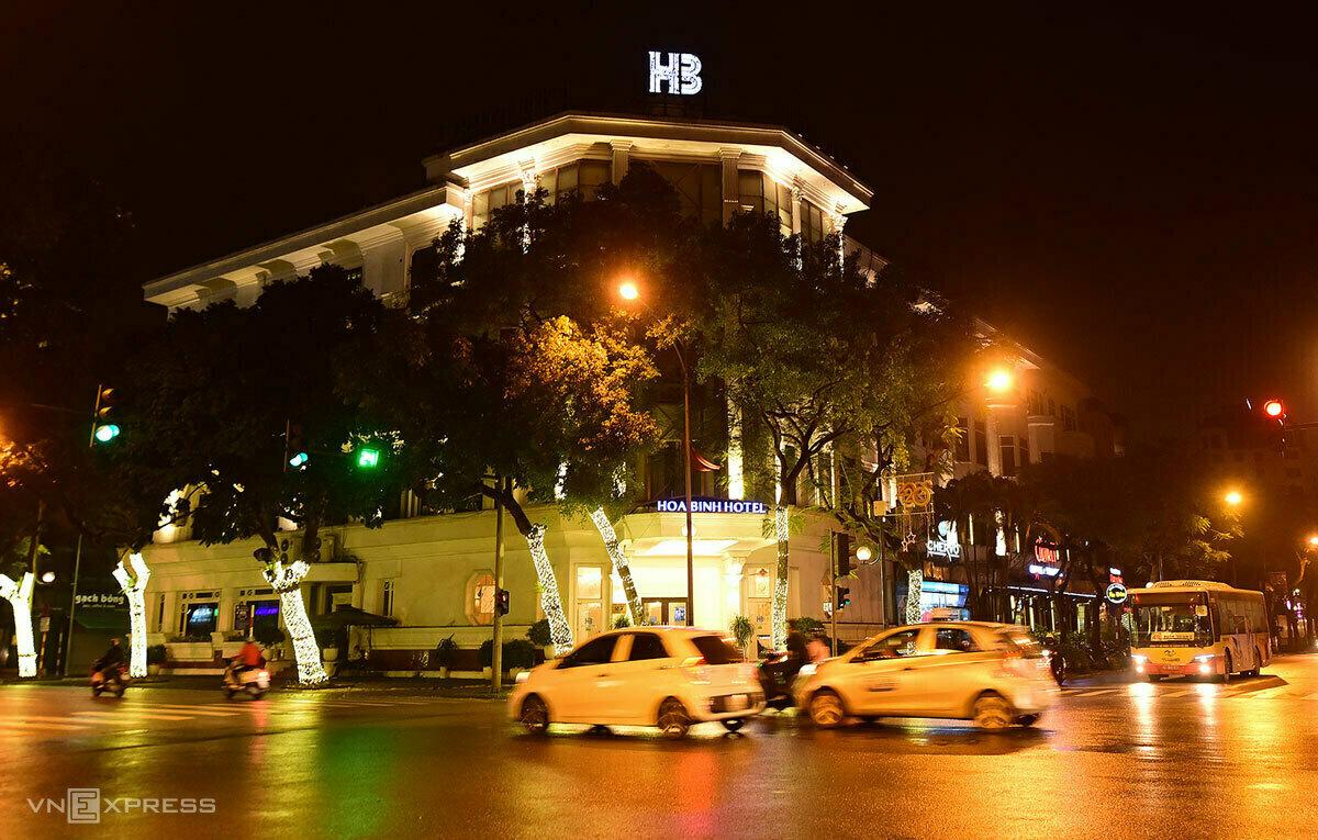 Khách sạn Hoà Bình (27 Lý Thường Kiệt, quận Hoàn Kiếm) được Hà Nội lựa chọn làm nơi cách ly tập trung người nước ngoài và một số trường hợp khác. Ảnh: Giang Huy.
