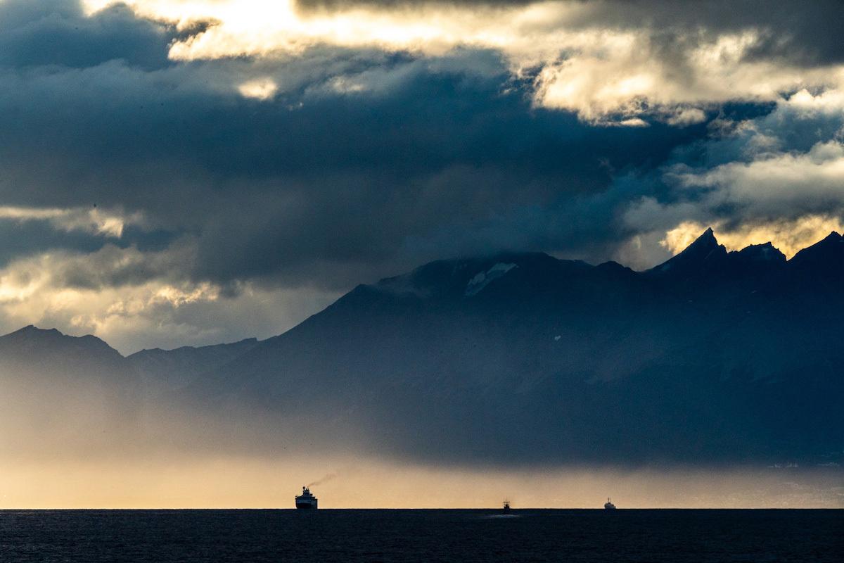 Tàu thám hiểm Explorer của National Geographic ra khơi 12 ngày trước khi bị gọi về, ngay khi Argentina và Chile đóng biên giới. Toàn bộ hành khách và thủy thủ đoàn có thể cách ly trên thuyền và cuối cùng được xuống đảo Falkland. Ảnh:Pete McBride.